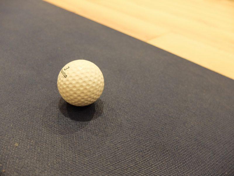 ゴルフボールとヨガマット