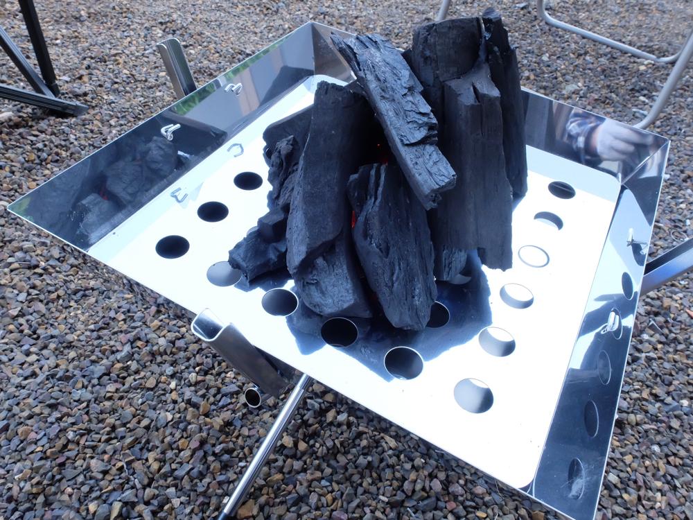 ファイアグリルに炭を準備