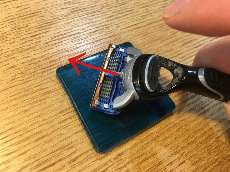 カミソリを耐震マットに擦り付ける