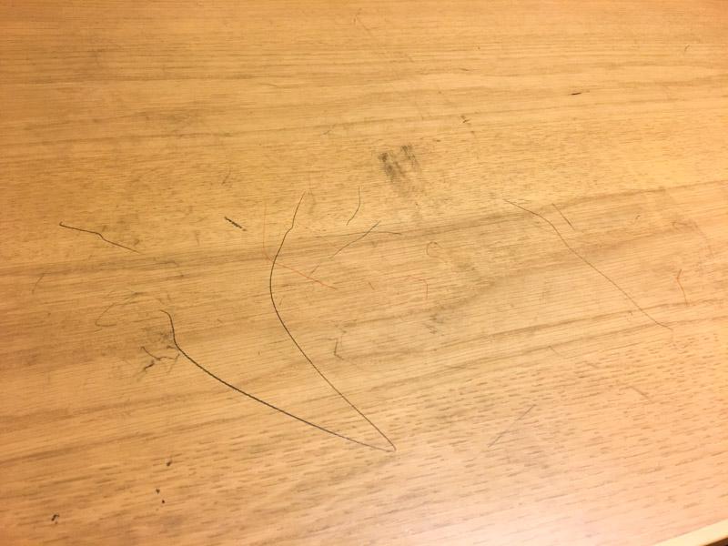 こたつの鉛筆汚れ
