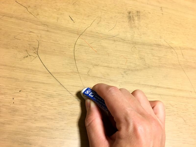 消しゴムで鉛筆汚れを消すのは大変