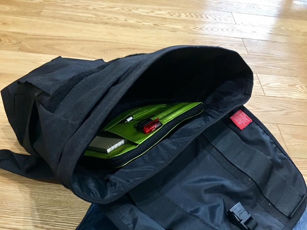 リヒトラブのA4バッグインバッグ黄緑が黒いリュックの中で目立つ説明