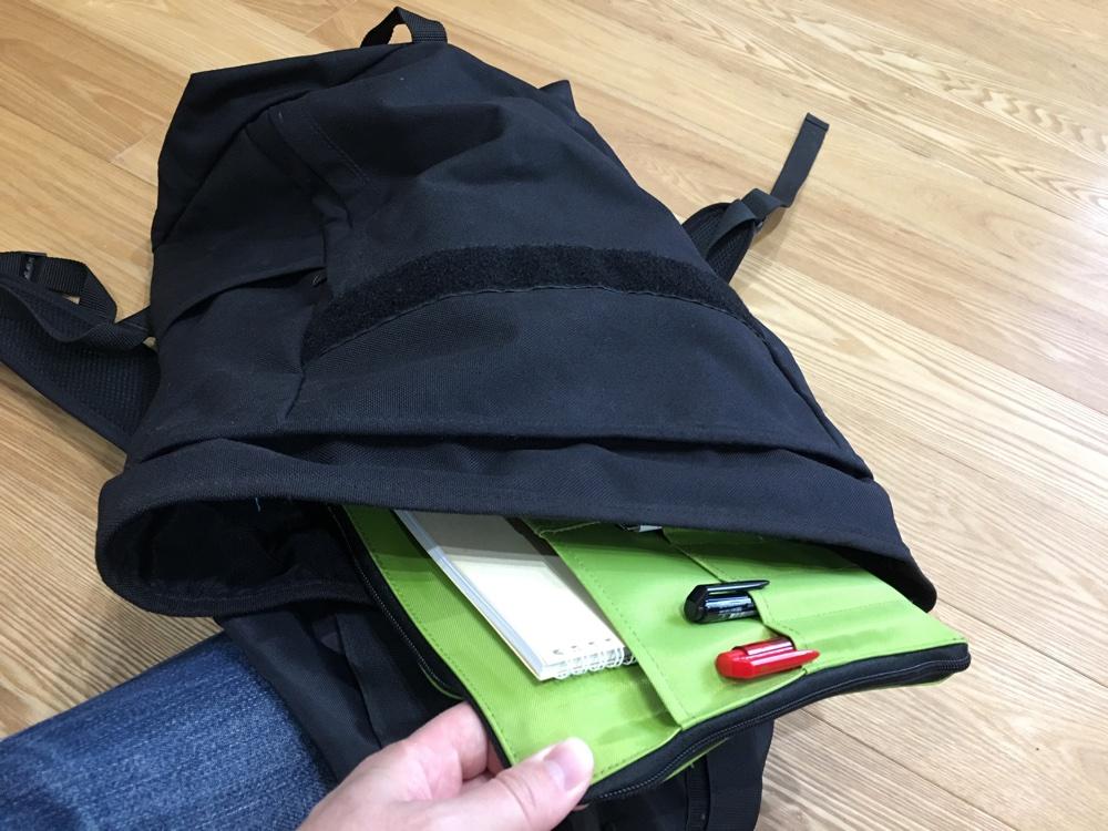リヒトラブのA4バッグインバッグをリュックサックに入れている