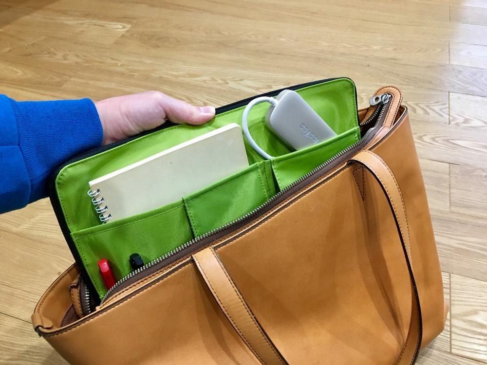 リヒトラブのA4バッグインバッグを革カバンから取り出している