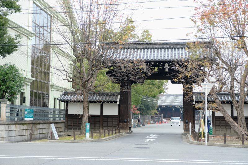 龍谷大学大宮キャンパスの門