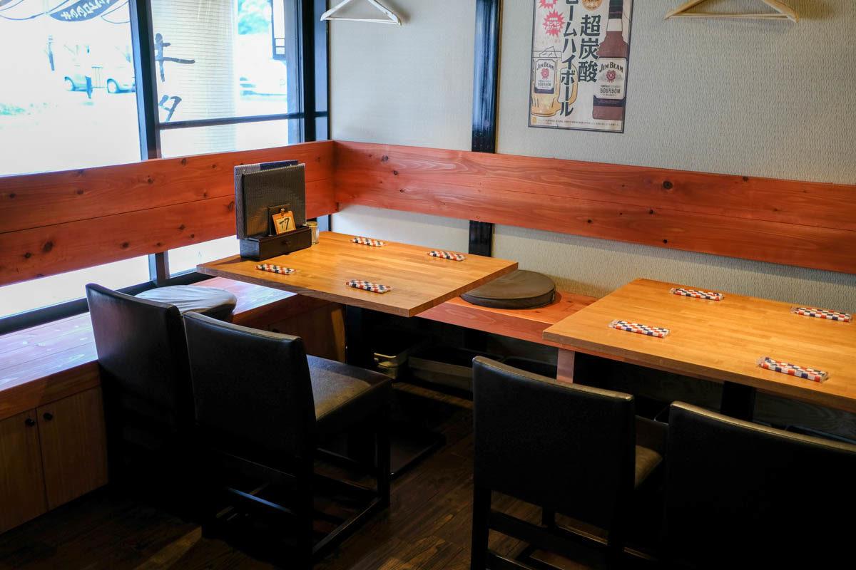 ぶつぎりたんちゃん丸亀店店内右手テーブル席