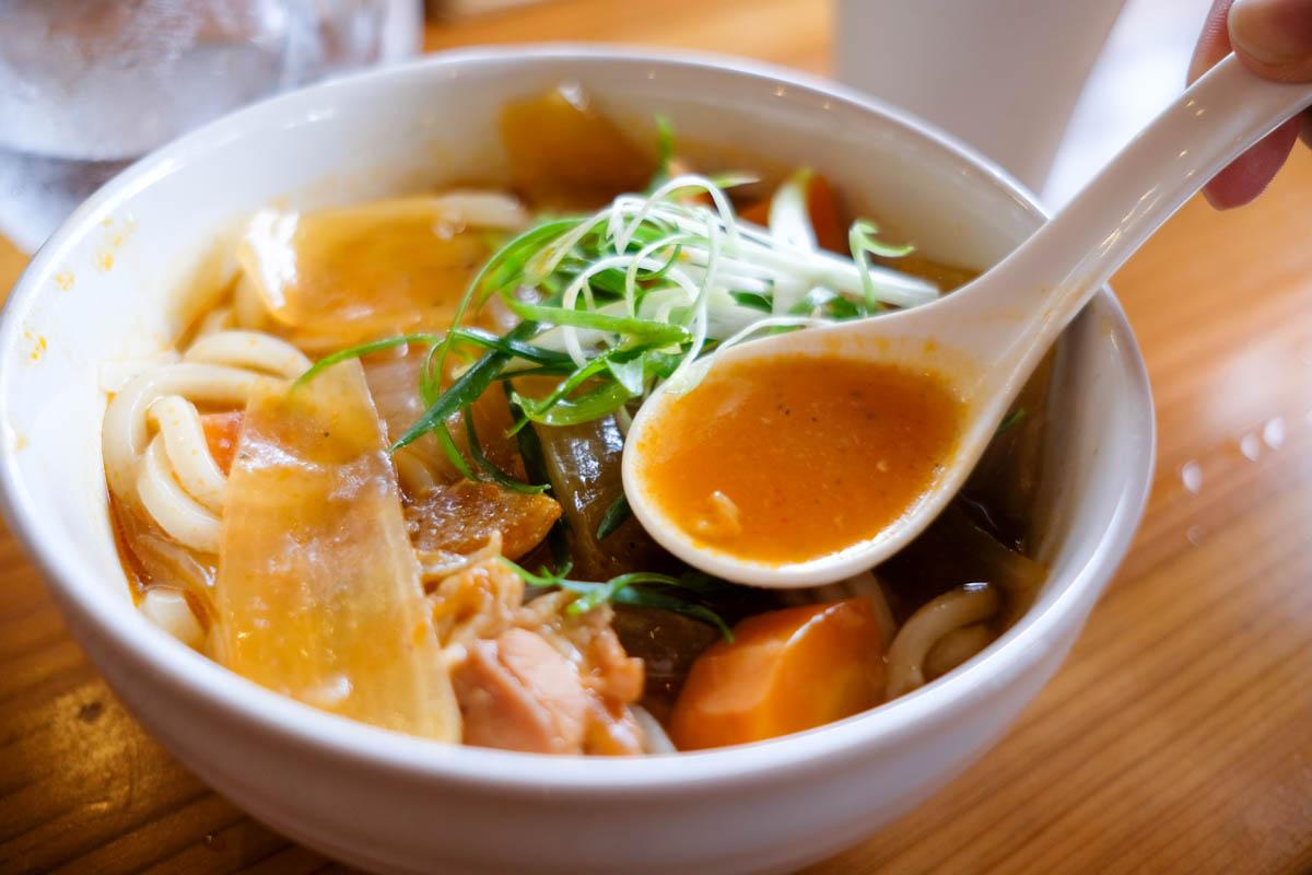 赤カレーうどんのスープ