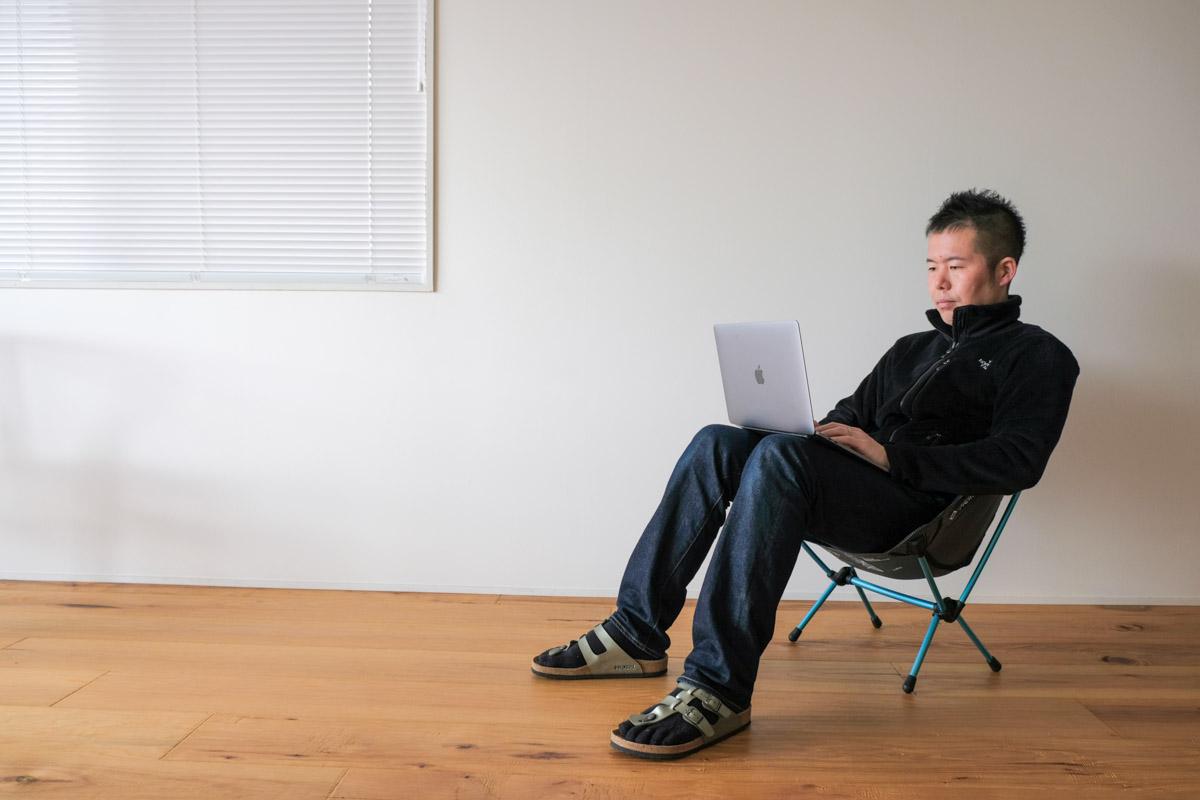 Helinox チェアゼロに座ってPCを使っている