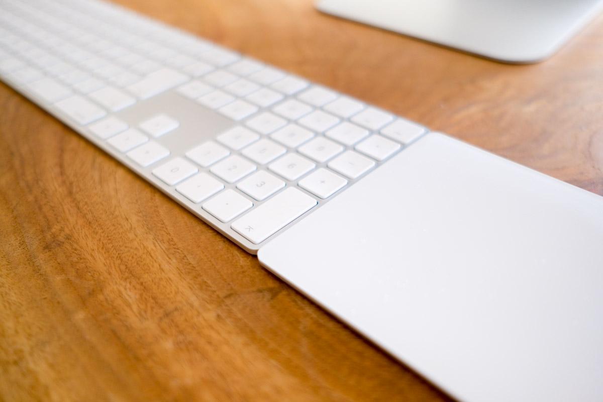 Apple純正テンキー付きキーボードとトラックパッドの高さ比較