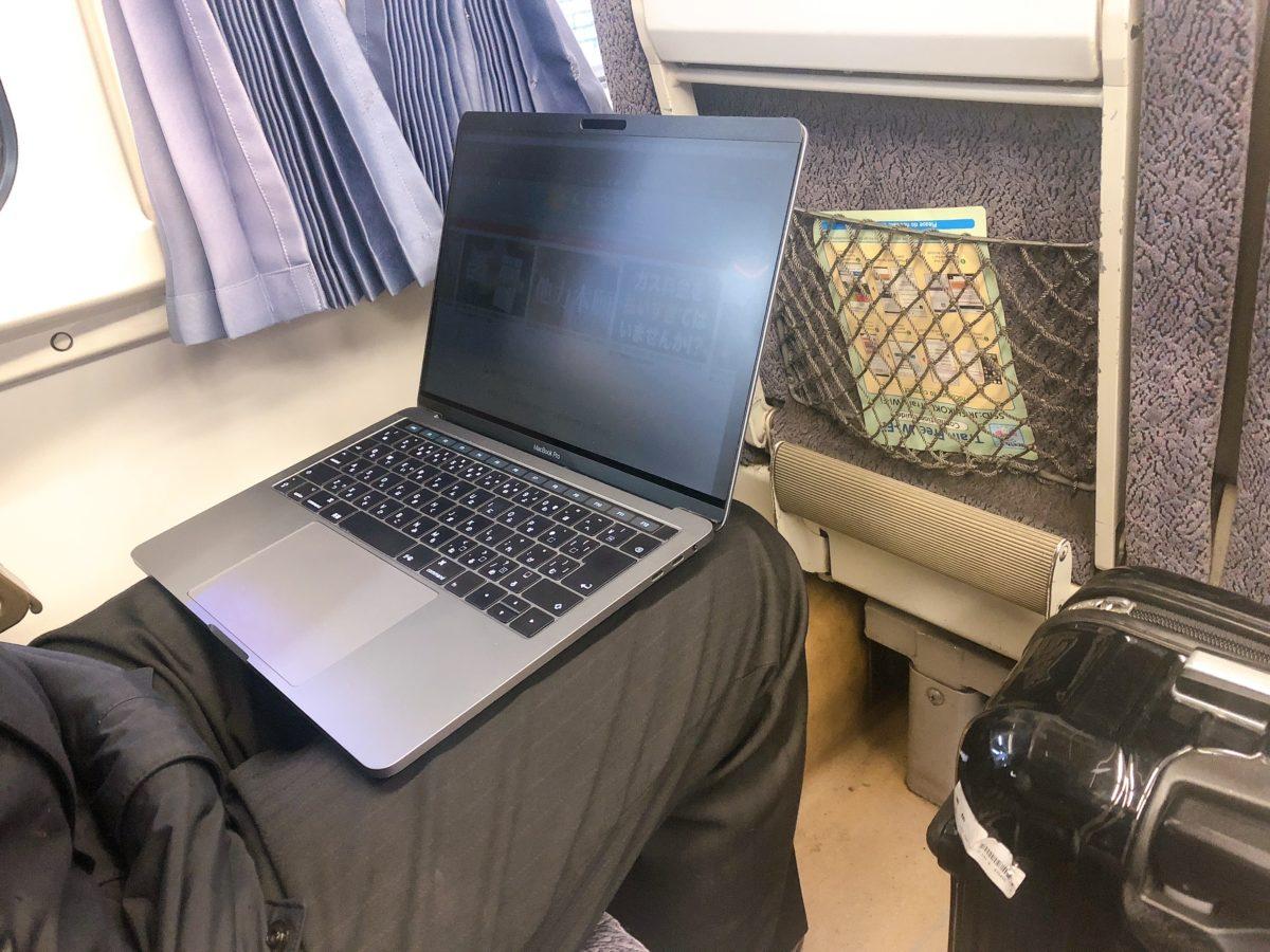 プライバシーフィルム有りの状態で電車でとなりの席から見える画面