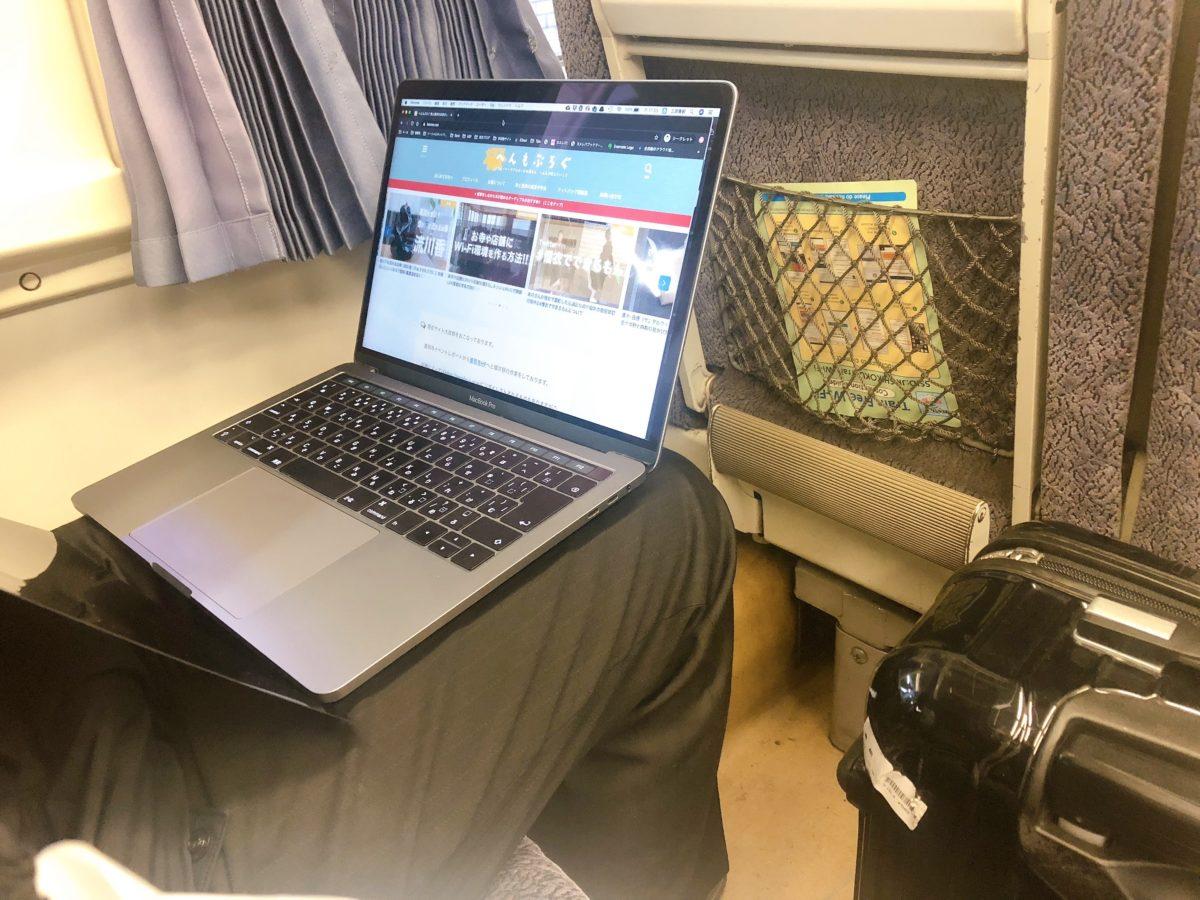 プライバシーフィルムなしの状態で電車でとなりの席から見える画面