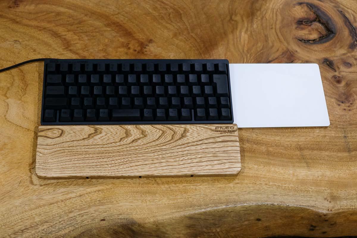 FILCO Genuine Wood Wrist Rest SサイズをHHKBの前に置いたところ