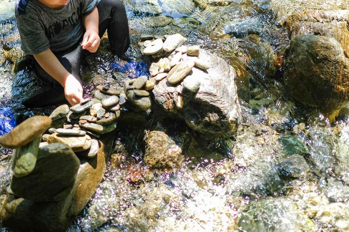 馬立川でこどもが石を積んで遊んでいる