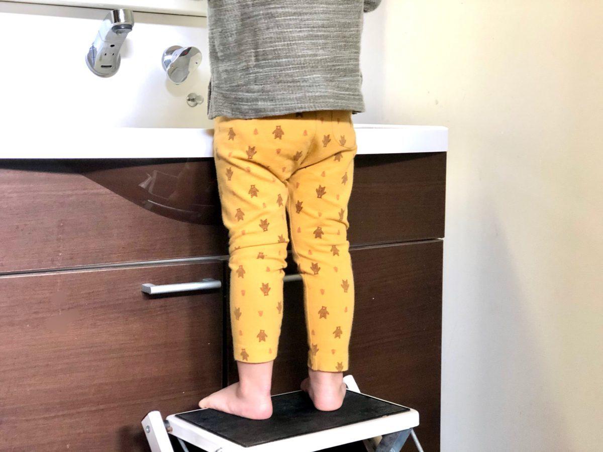 小さい子が洗面台で手を洗うときに台の上に乗っている