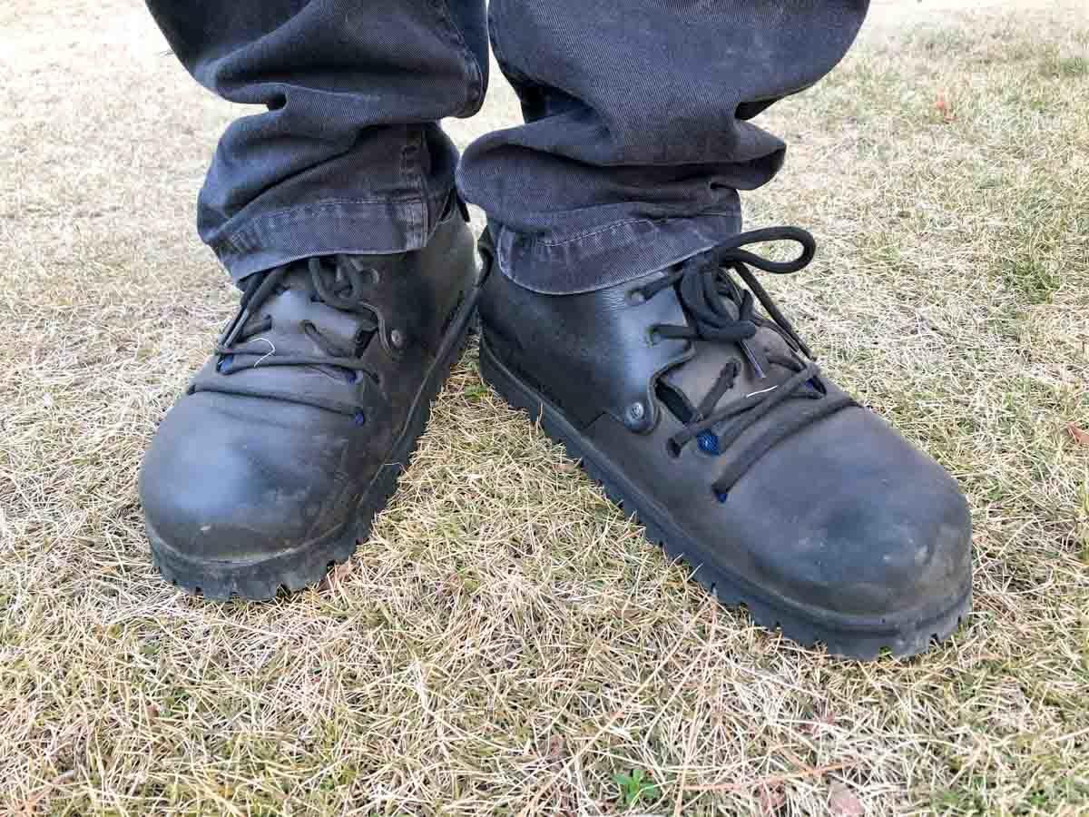 ビブラムソールを貼ったモンタナで芝の上に立っている