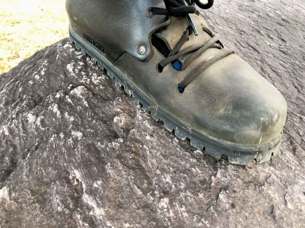 ビブラムソールを貼ったモンタナで石の上を歩いているところ