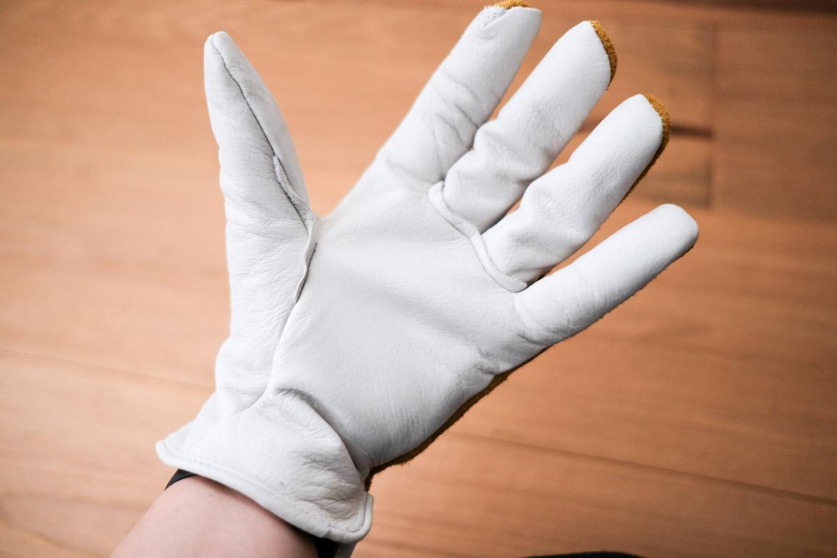 オレゴニアンキャンパーのカウハイドレザーグローブを左手に装着