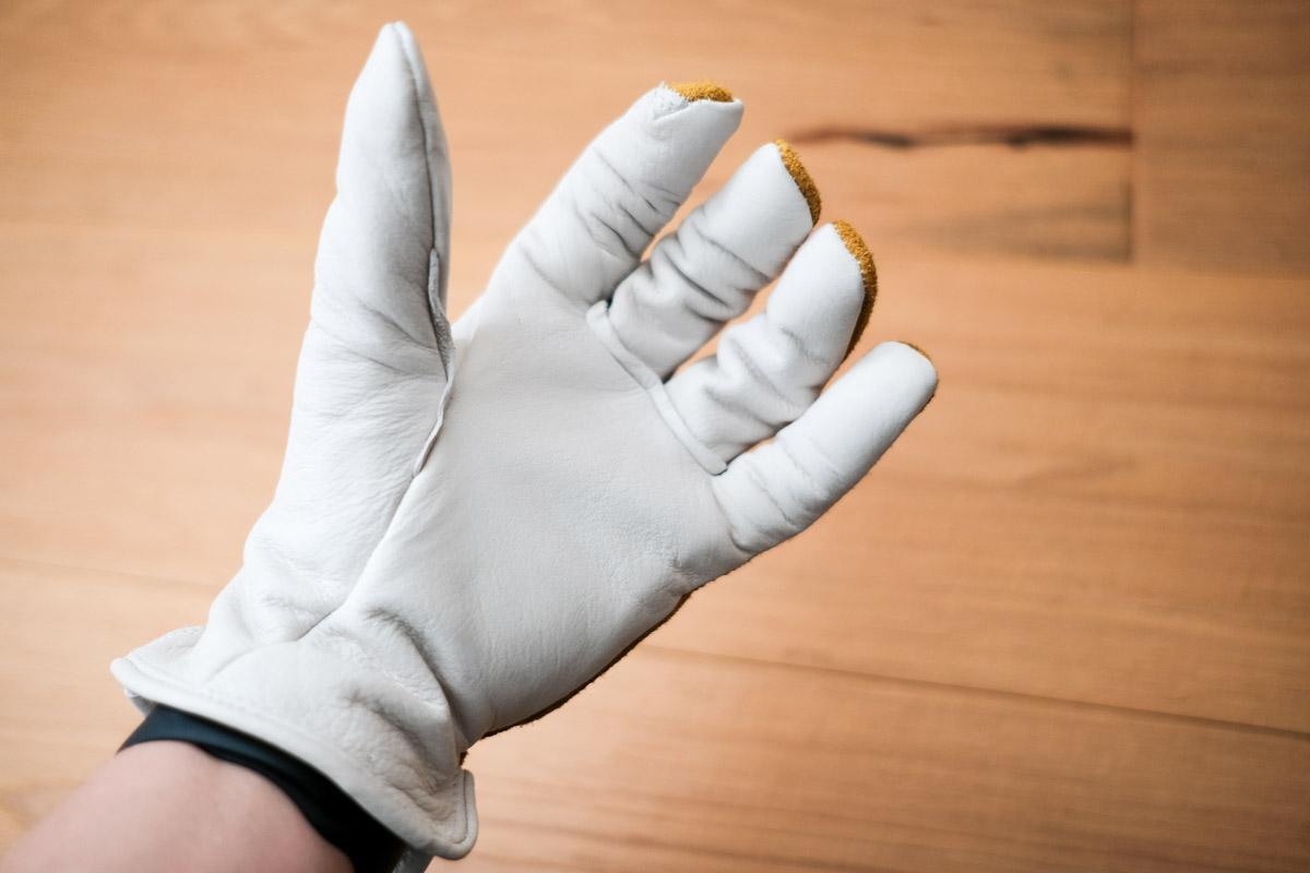 オレゴニアンキャンパーのカウハイドレザーグローブの指を曲げた時の様子