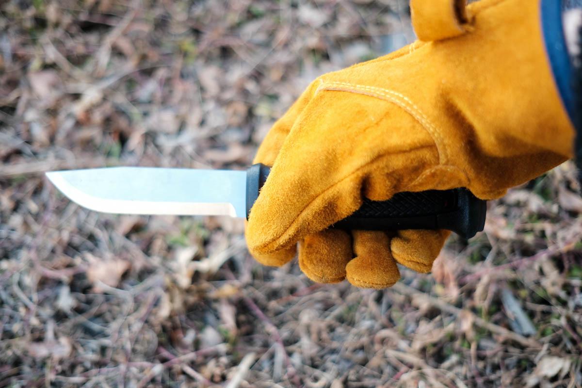 MICRA MOCOのレザーグローブでナイフを持ったところ