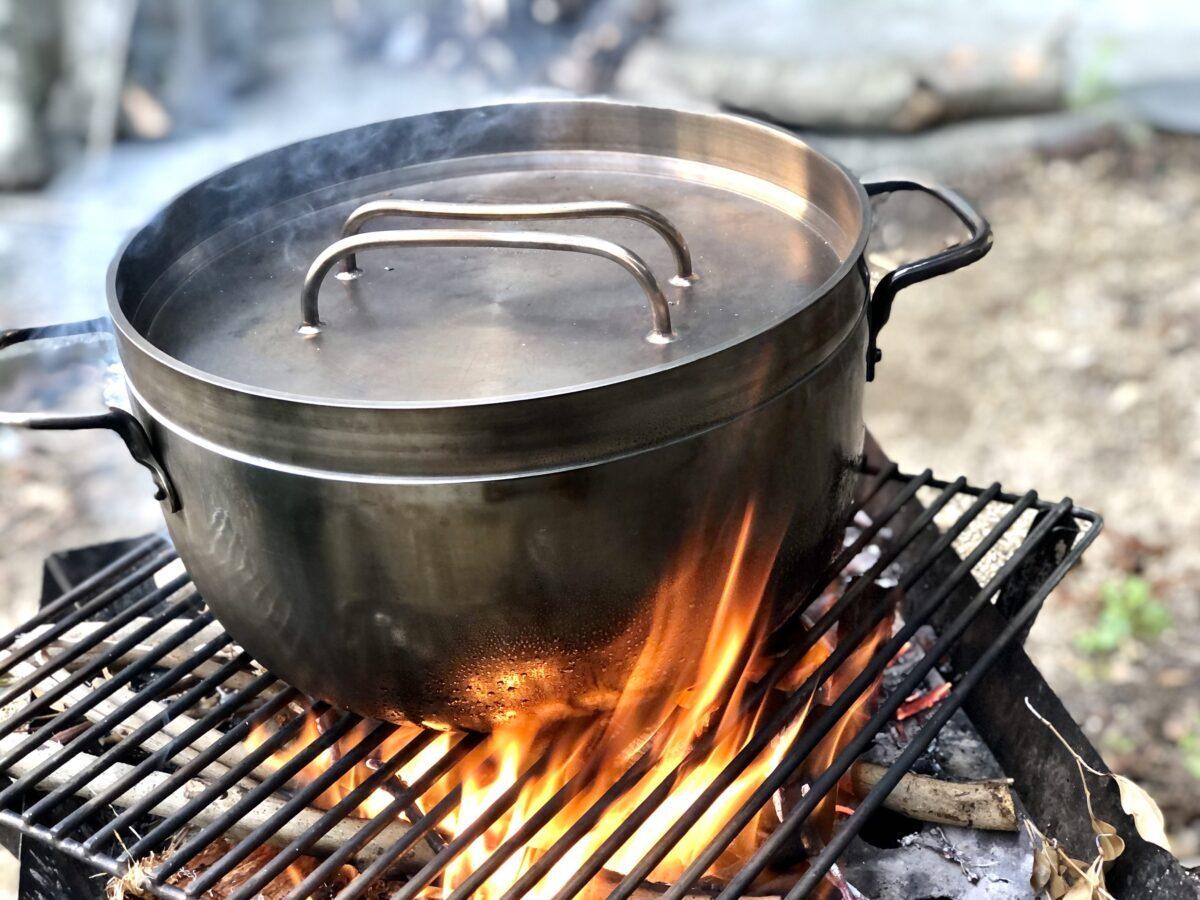 ダッチオーブンでスープを煮込む