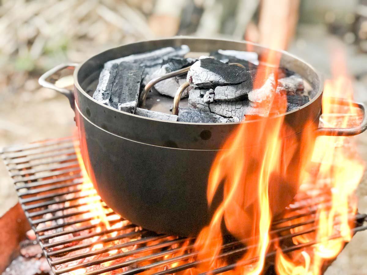 TSBBQライトステンレスダッチオーブンでローストチキンを加熱中