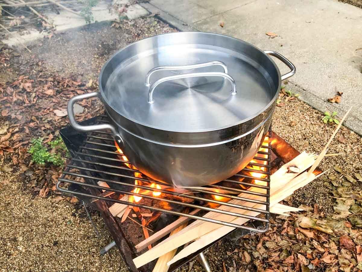 ファイアグリルでTSBBQライトステンレスダッチオーブンを使用